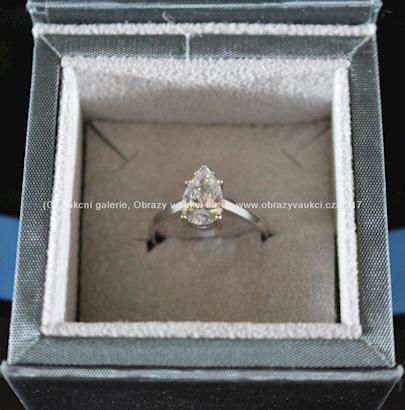 . - Zlatý prsten, broušený diamant