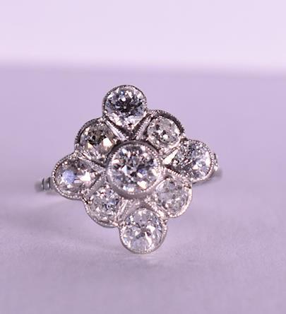 . - Prsten s 9-ti brilianty mimořádné kvality, platina, ryzost 950/1000, celková hmotnost 4,28g
