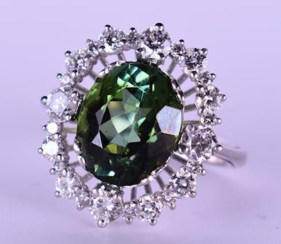 Prsten z bílého zlata s přírodními diamanty a turmalínem - Prsten z bílého zlata 750/1000. Váha 6,78 g, osázen 24 přírodními diamanty a vzácným chrom turmalínem