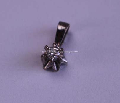 . - Závěs, zlato 585/1000, briliant 0,07 ct., hrubá hmotnost 0,70 g