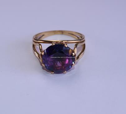 . - Prsten zlato 585/1000, syntetický Alexandrit, průměr 12mm, hrubá hmotnost 5,35 g