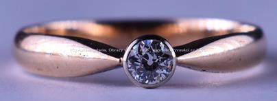 . - Prsten s briliantem, zlato 580/1000, značeno platnou puncovní značkou Z-58, hrubá hmotnost 2,45 g