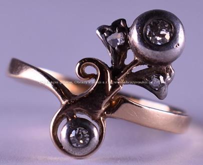 . - Prsten s diamanty, zlato 580/1000, značeno platnou puncovní značkou Z-27, hrubá hmotnost 2,81 g