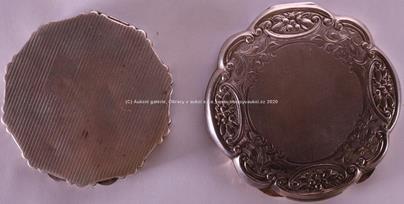. - Soubor dvou stříbrných pudřenek se zrcátky, stříbro 900/1000, hrubé hmotnosti: první 130,79 g druhá: 94,66 g