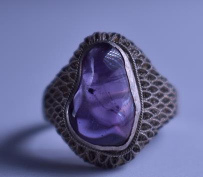 . - Prsten s přírodním ametystem, stříbro 900/1000, značeno platnou puncovní značkou S-43, hrubá hmotnost 4,54 g