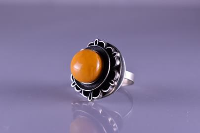 . - Prsten s jantarem, obecný kov, hrubá hmotnost 10,20 g