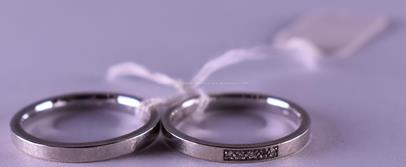 .. - Dva snubní prsteny, bílé zlato, 585/1000, značeno platnou puncovní značkou Z-58, hrubá hmotnost 4,65 g, dámský osazen drobnými brilianty