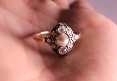 Evropa - Prsten s mořskou perlou a diamanty, zlato 585/1000, značeno platnou puncovní značkou Z-34, kameny zasazeny ve stříbře, hrubá hmotnost 2,55 g