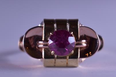 .. - Prsten se syntetickým rubínem, zlato 585/1000, hrubá hmotnost 3,15 g