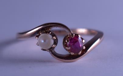 .. - Prsten se syntetickým rubínem a kultivovanou perlou, zlato 585/1000, hrubá hmotnost 2,35 g