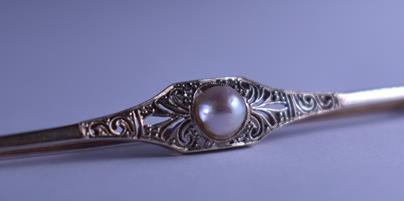 .. - Brož s přírodní perlou, zlato 585/1000, značeno platnou puncovní značkou lyra, hrubá hmotnost 3,05 g