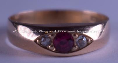 .. - Prsten, zlato 585/1000 se safíry a syntetickým rubínem, značeno platnou puncovní značkou č. 4 Au - čejka, hrubá hmotnost 2,00 g