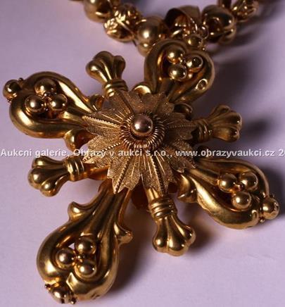 .. - Kříž na řetězu, zlato 580/1000, značeno platnou puncovní značkou č. 4 liška, hrubá hmotnost 56,0 g