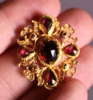 .. - Granátová brož, zlato 750/1000, háček uzávěru zlato 750/1000, jehla a uzávěr zlato 585/1000, hrubá hmotnost 4,30 g