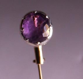 .. - Brož, jehla s pojistkou, spodní část oválné hlavy zlato 560/1000, horní bílá část hlavy s kamínkem stříbro 970/1000, hrubá hmotnost 2,10 g