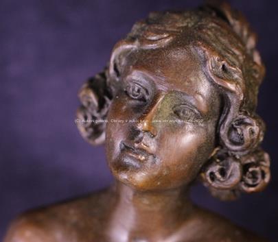 český sochař počátku 20. stol. - Dívka s účesem ve stylu Biedermaier