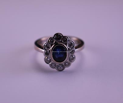 .. - Prsten, zlato 750/1000, značeno platnou puncovní značkou Z-35, safír 0,60 ct osázený brilianty 0,78 ct, hrubá hmotnost 5,84 g