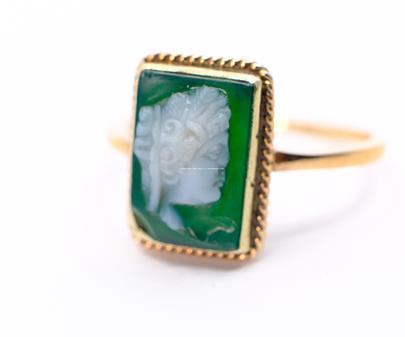 .. - Prsten, zlato 585/1000, značeno platnou puncovní značkou Z-36, hrubá hmotnost 3,78 g