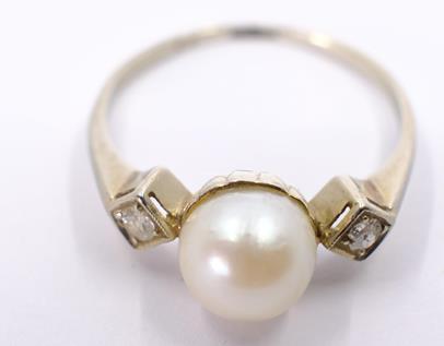 .. - Prsten s kultivovanou perlou a 2 routy, zlato 585/1000, značeno platnou puncovní značkou Z-45, hrubá hmotnost 2,11 g